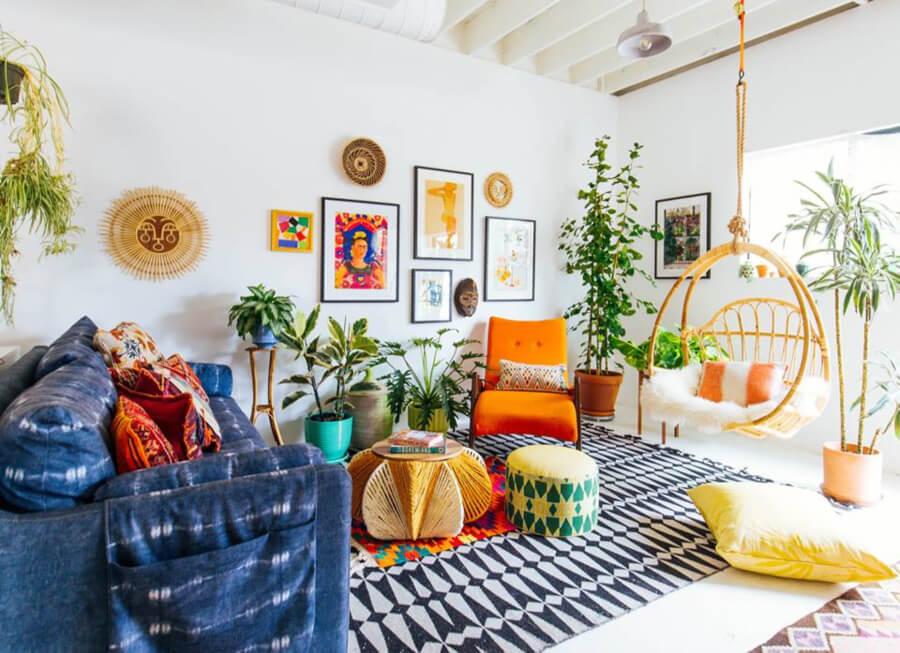 Fotografía de un espacio con obras adquiridas en art com