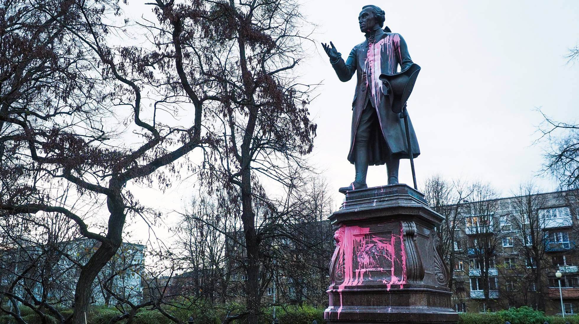 Monumento a Kant es atacado por manifestantes