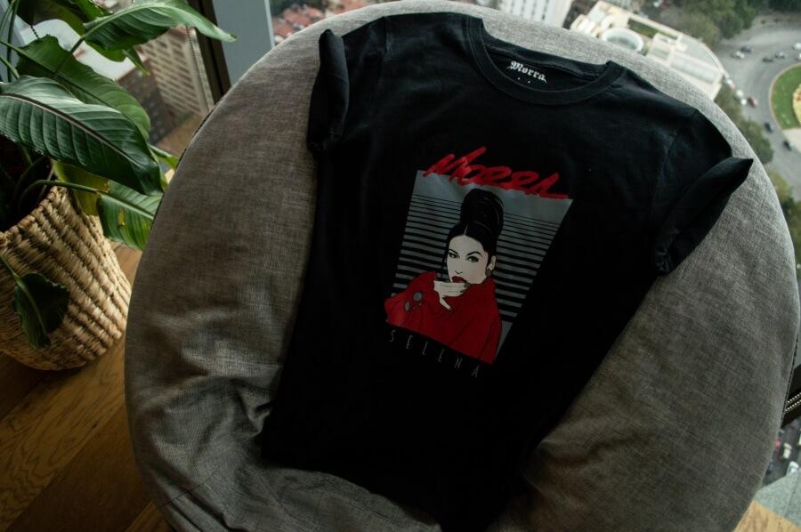 Camiseta de Selena en sillón