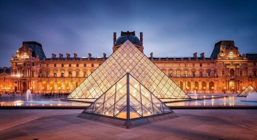 Pirámide de Cristal en el Museo del Louvre en París