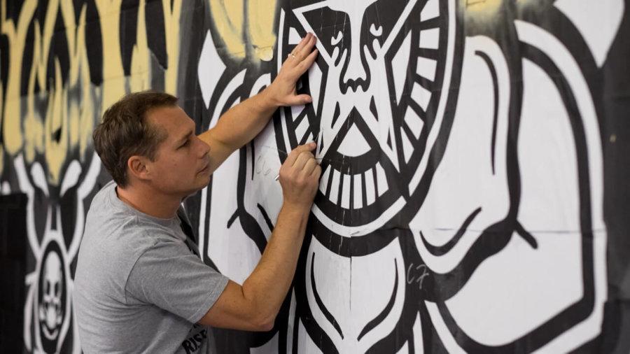 Shepard Fairey pintando un mural