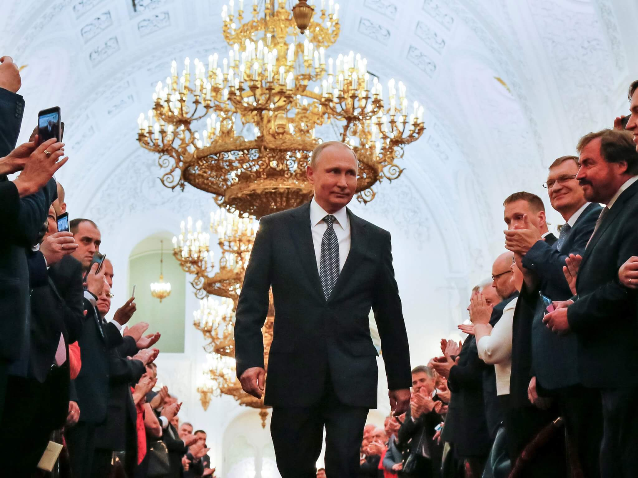 Vladimir Putin caminando entre gente