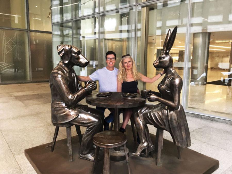 Gillie y Marc con sus esculturas en el arte público de Nueva York