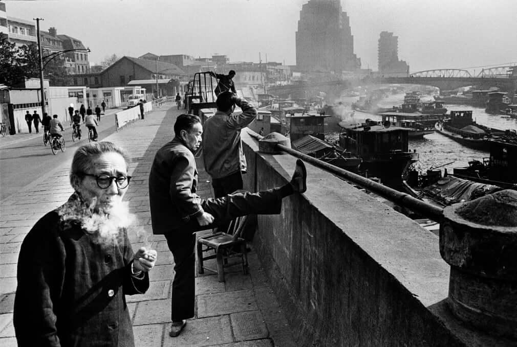 Fotografía tomada en Shangai en 1985 por Koen Wessing