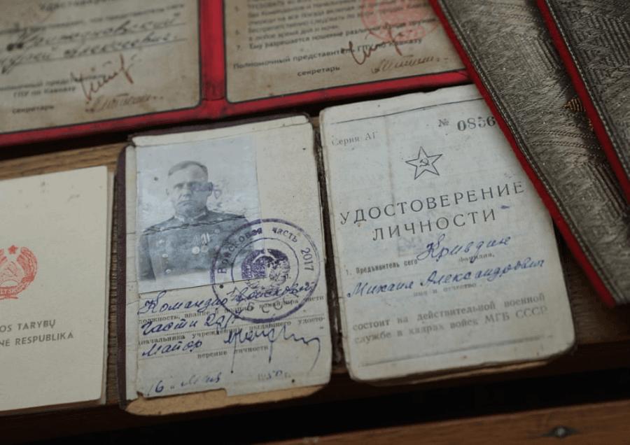 Accesorios de espia exhibidos en KGB Espionage Museum
