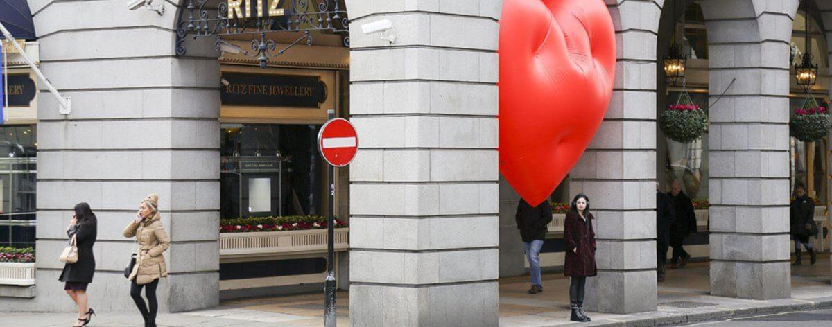 Instalación de globos rojos de corazón en Londres