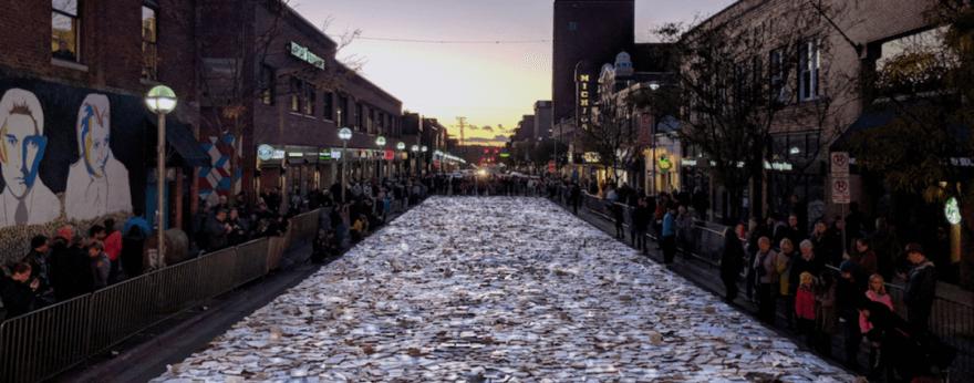 Luzinterruptus crea un río de libros luminosos