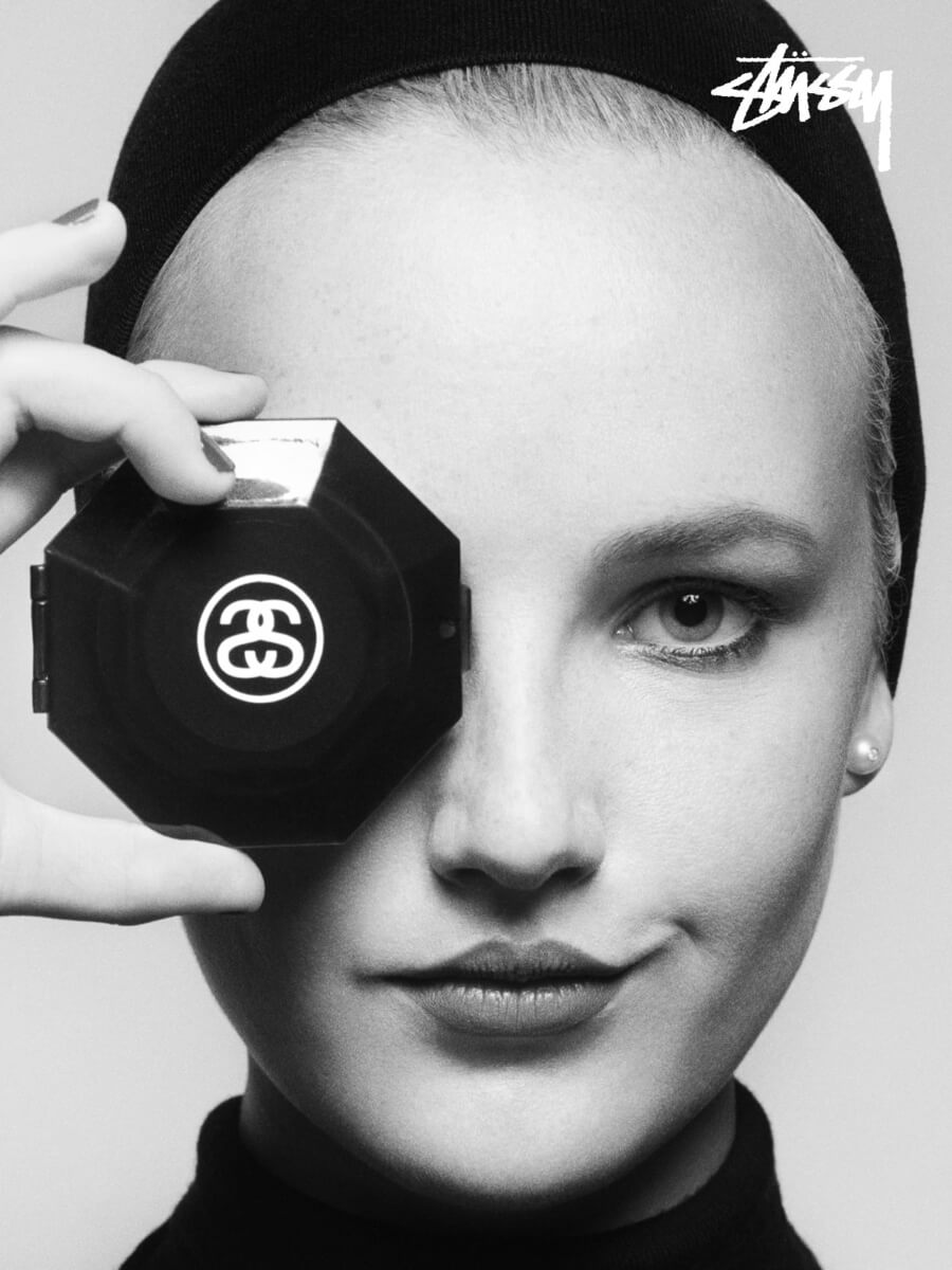 Stüssy rinde homenaje a Karl Lagerfeld con esta camiseta