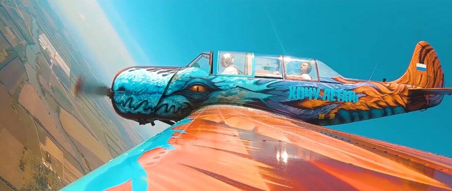 avión intervenido con graffiti por Gooze Art