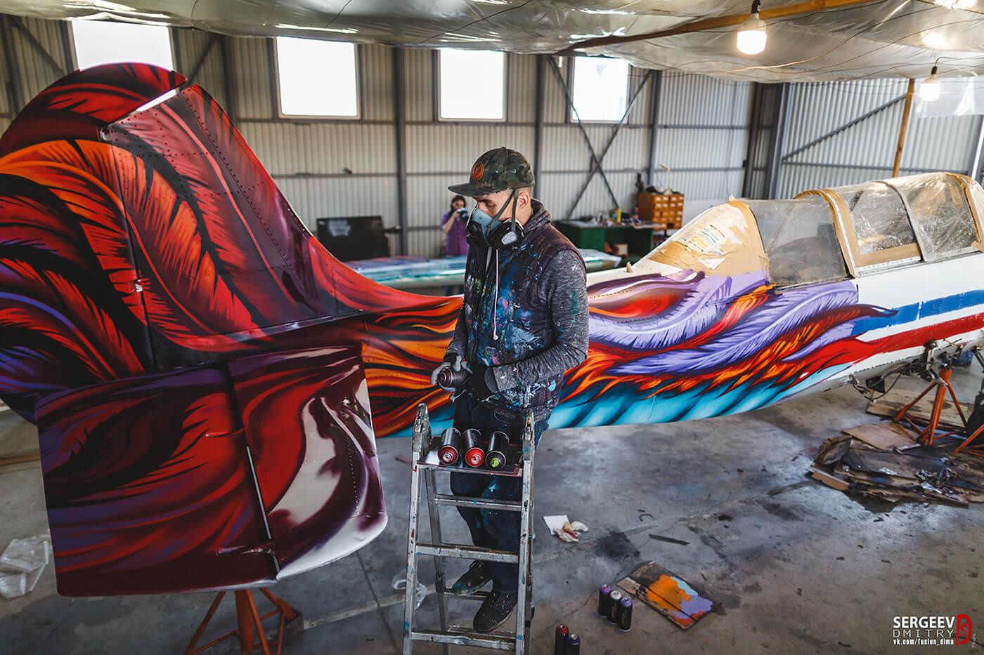 Gooze Art pintando el avión