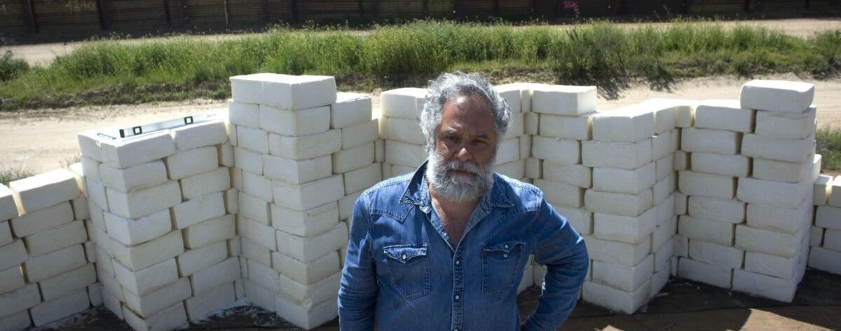 Artista hizo muro de queso en la frontera de México