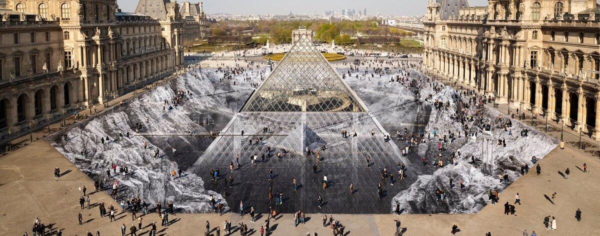 El artista urbano JR transformó el Louvre de París