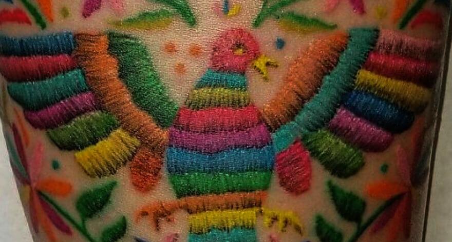 El efecto de bordado en coloridos tatuajes