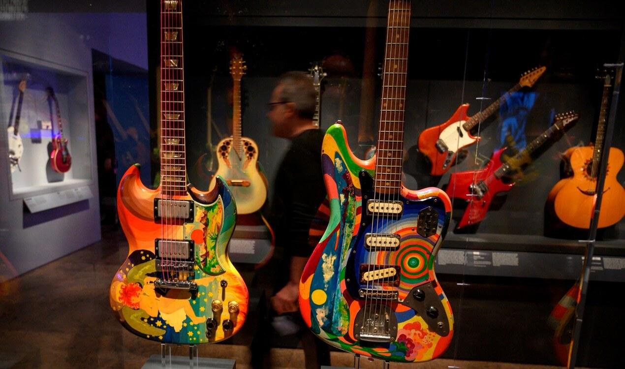 guitarras en exposición de rock and roll en el MET