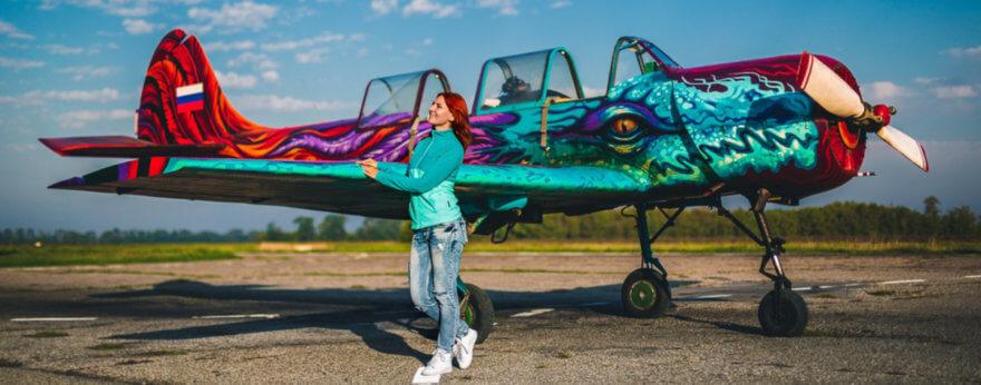 Avión intervenido con graffiti de dragón por GOOZE ART