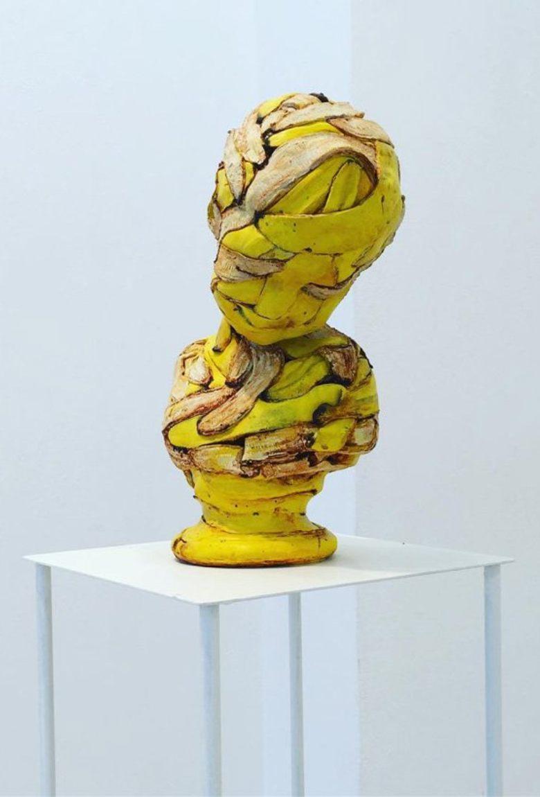 Koji Kasatani una obra con humor y plátanos