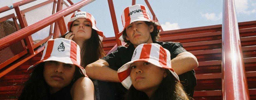 Sombrero de cubo KFC, la nueva moda en Rusia