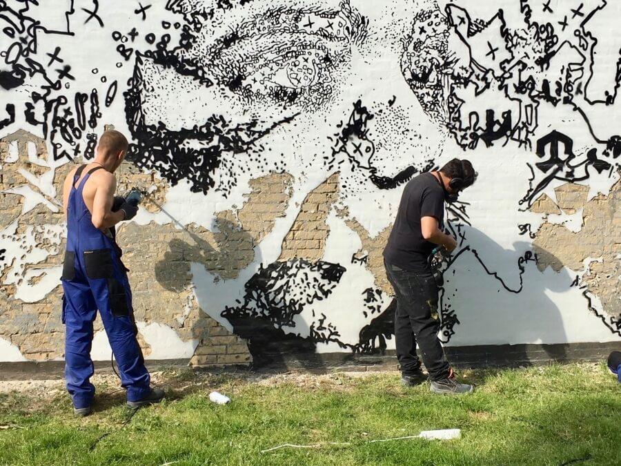 Vhils vuelve a llevar su arte a las calles de Dinamarca