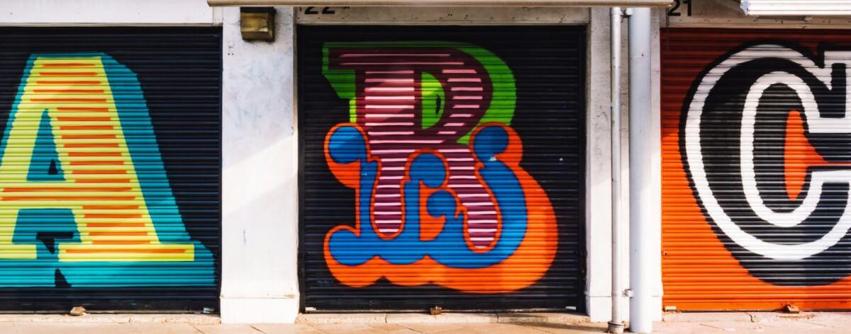 Ben Eine pinta el alfabeto en 40 cortinas de Londres