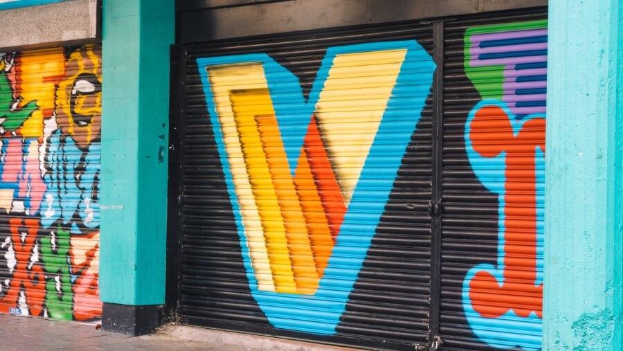 Ben Eine pinta el alfabeto en cortinas de Londres