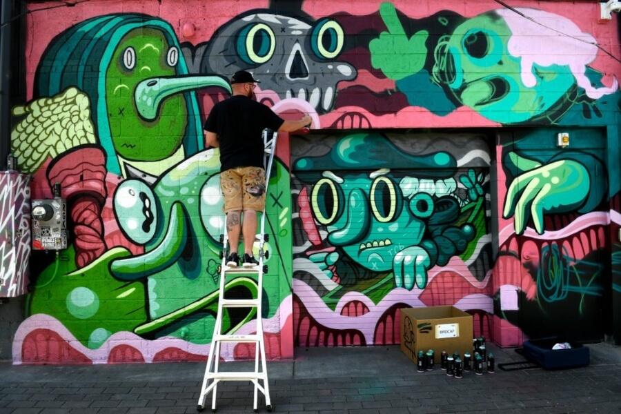 artista pintando en el festival