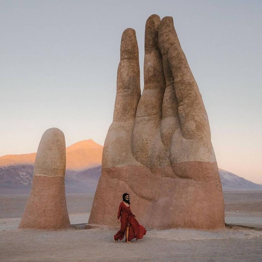Mano del desierto, la escultura que se erige en Atacama