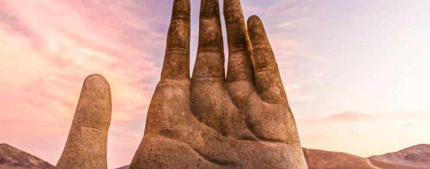 Mano del desierto, la enorme escultura de Atacama
