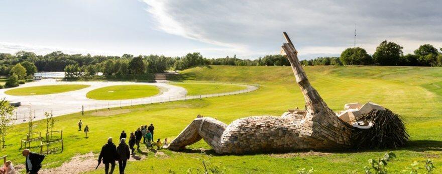Thomas Dambo creó esculturas en Tomorrowland