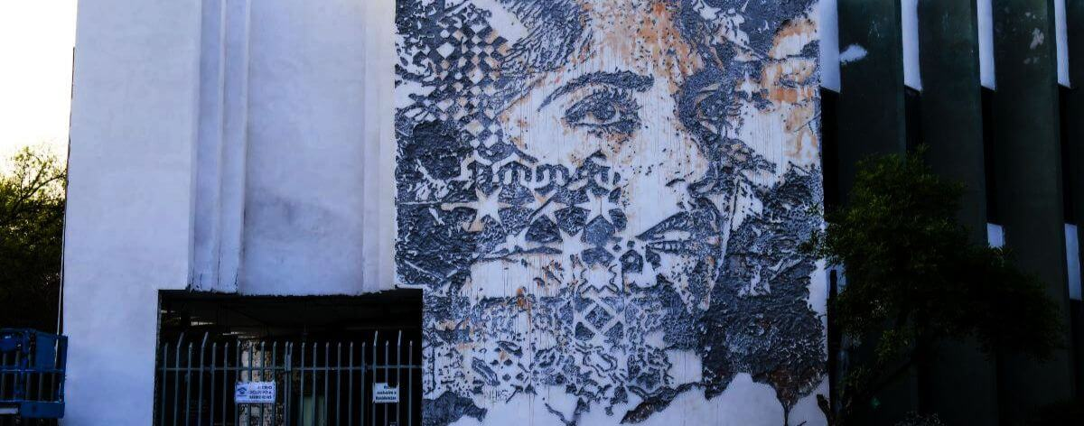 Vhils crea el muro Scratching the Surface para DistritoTec