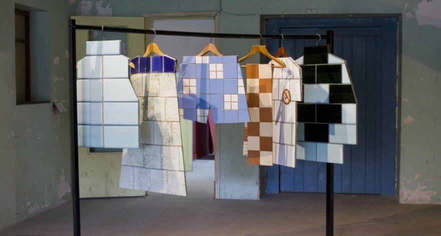 Zhanna Kadyrova y la su ropa hecha de azulejos