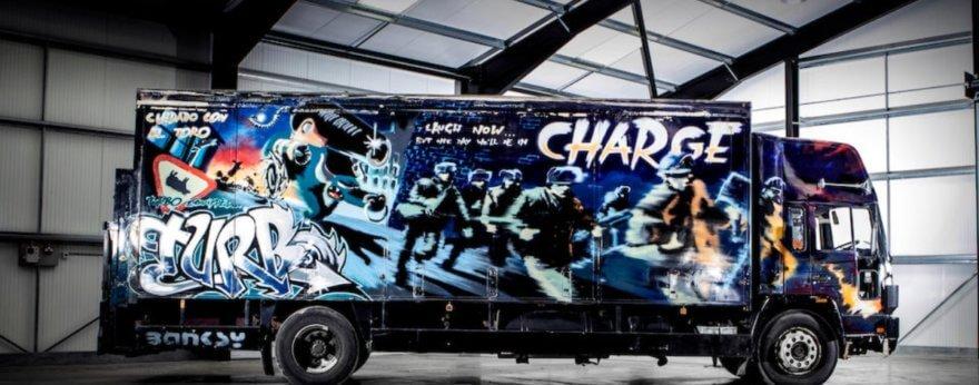 Banksy intervino un camión que será subastado