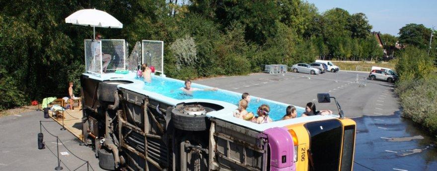 Benedetto Bufalino convierte autobús en piscina pública