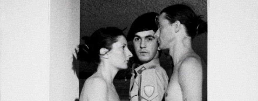 Personas desnudas en performance de Marina Abramović
