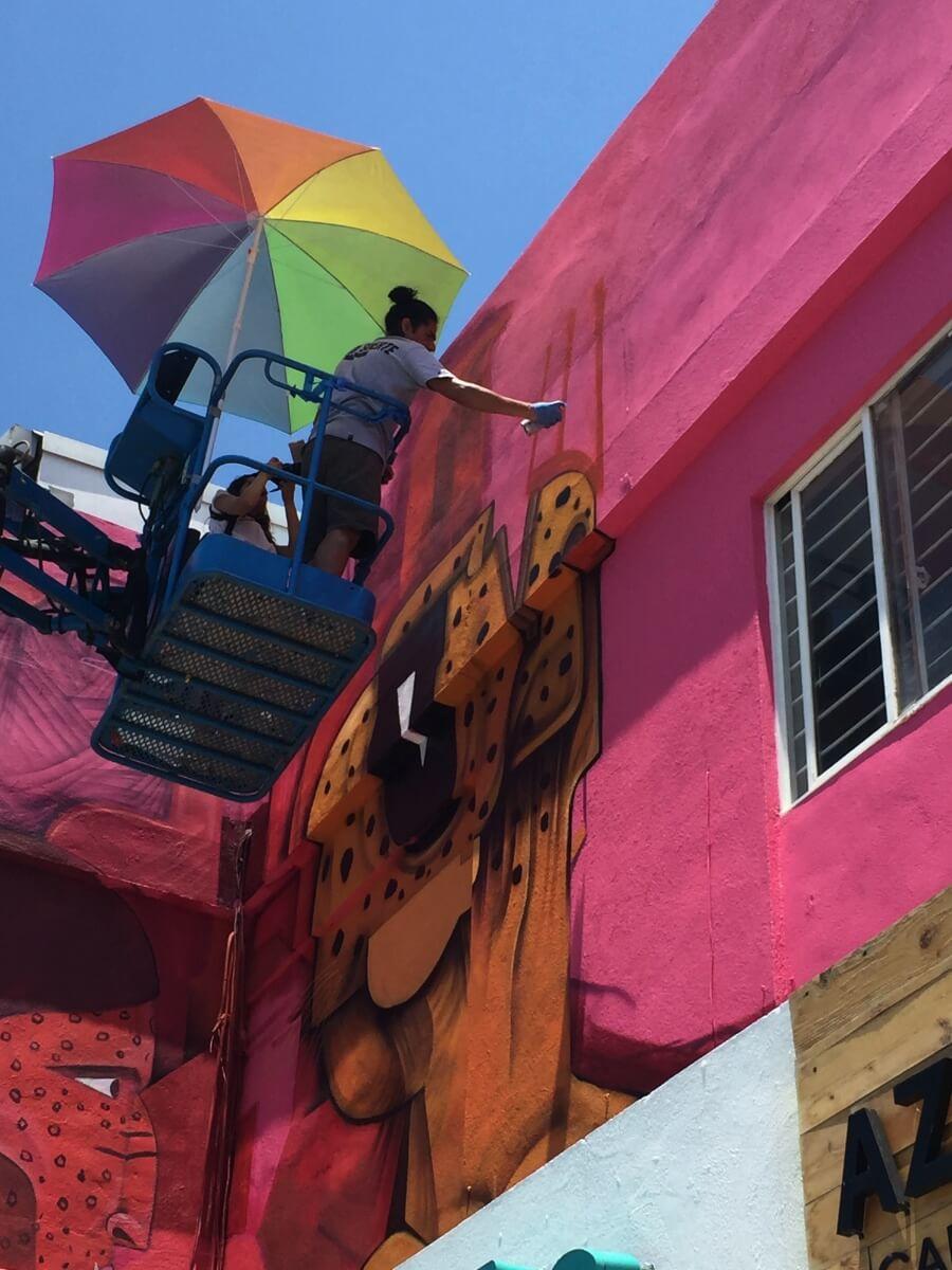 Saner pintando un mural en DistritoTec, Monterrey