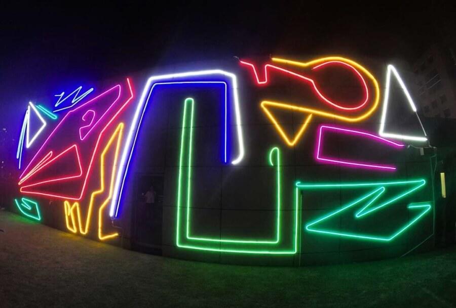 Spider Tag y su arte en neon