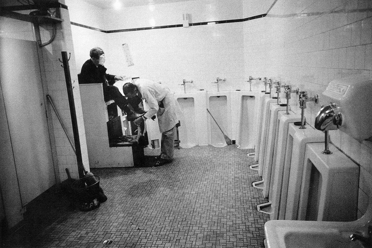 fotografía en el baño de hombres de la estación de tren