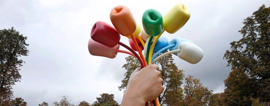 Jeff Koons inauguró controvertida escultura en París