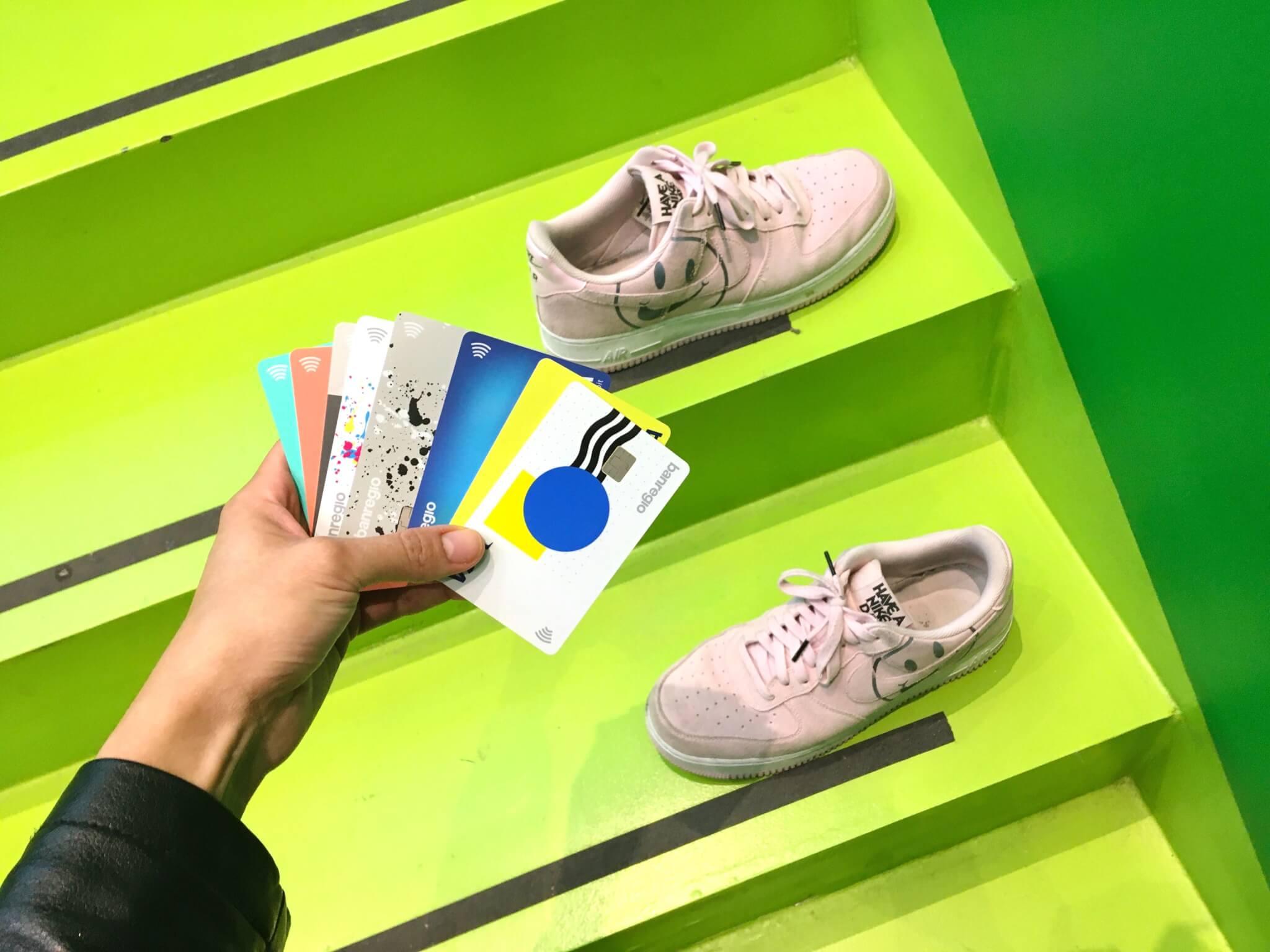 tenis con tarjetas de Banregio