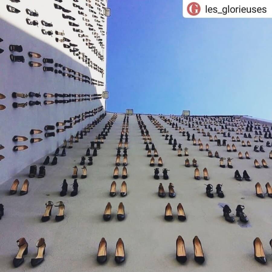 Vahit Tuna instala 440 zapatillas sobre edificio