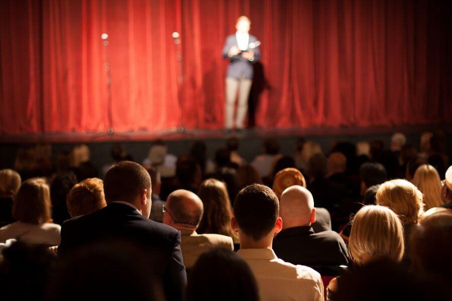 personas viendo obras de teatro