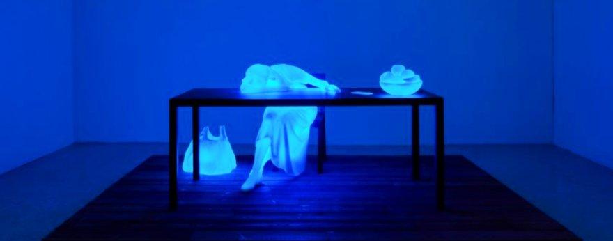 Doug Aitken presenta nueva exhibición que cambia de color