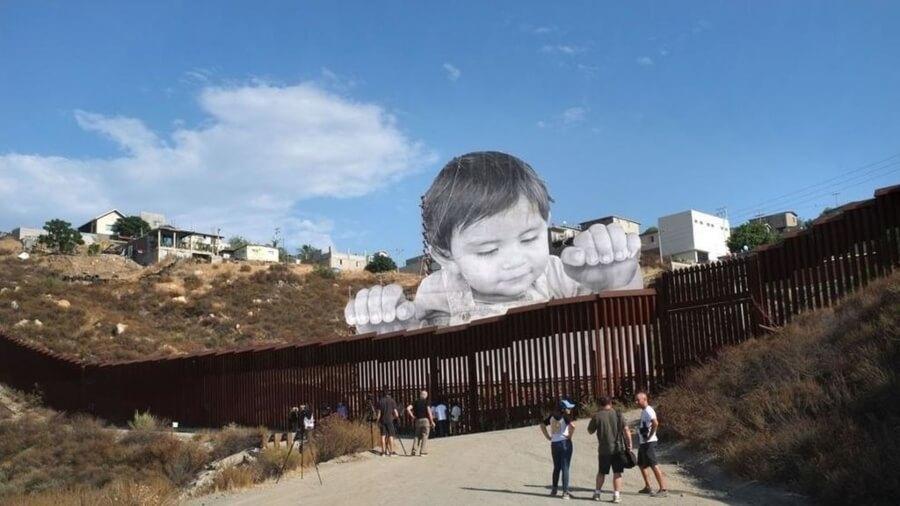 Uno de los murales más tiernos y controvertidos de JR