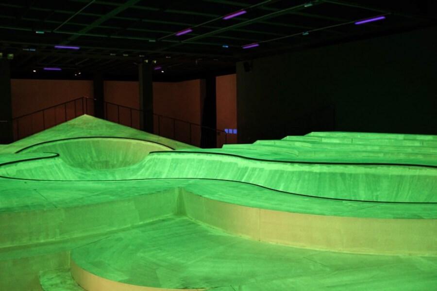 Triennale di Milano instala skatepark flouorescente
