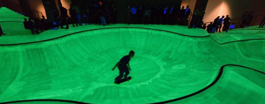 Triennale di Milano instala skatepark fluorescente