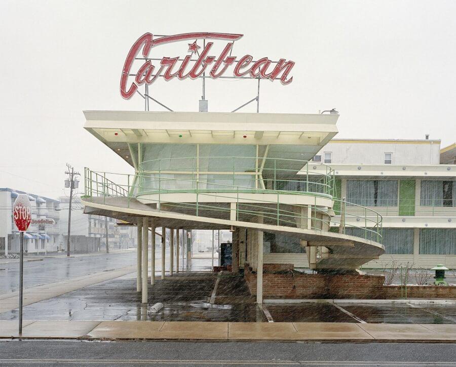 """""""Ebb Tide"""" captura los moteles de mitad de siglo"""