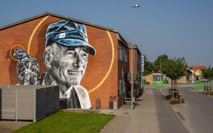 Los murales del artista retoman temas como la amistad