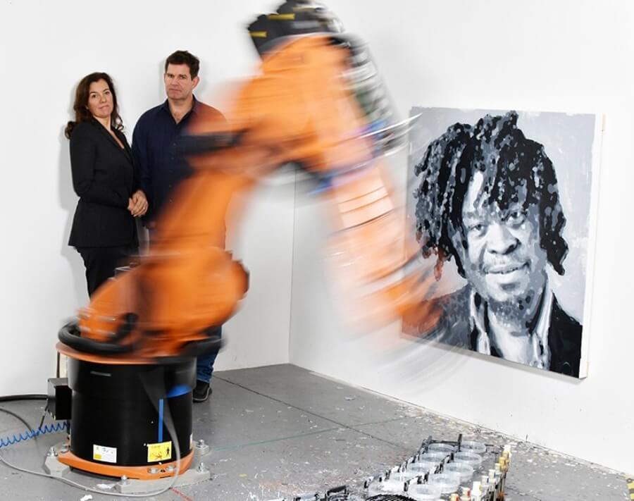 Primer brazo robot que crear arte