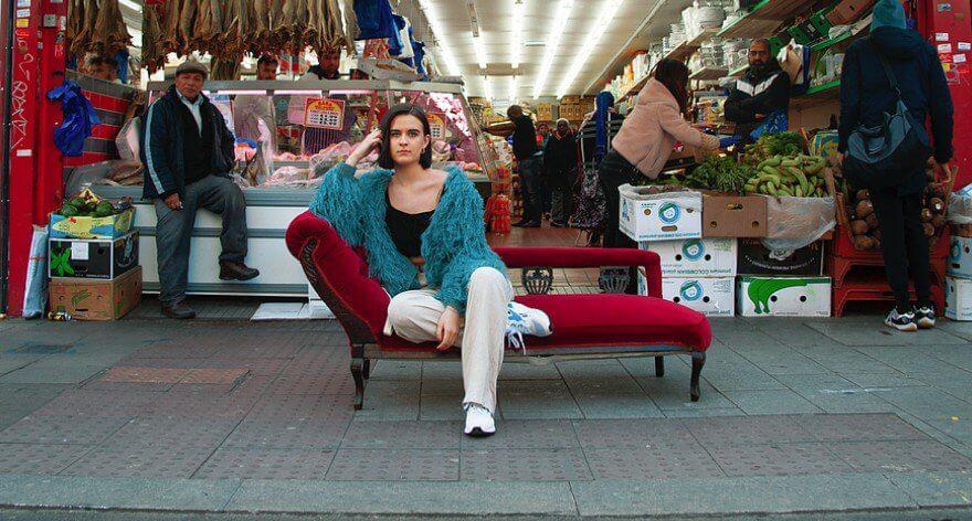 Women on Sofas, fotografías fuera del confort