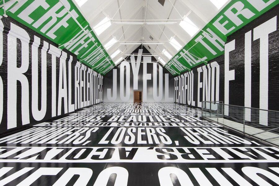 la artista Bárbara Kruger llegará con la exposición más grande en 20 años