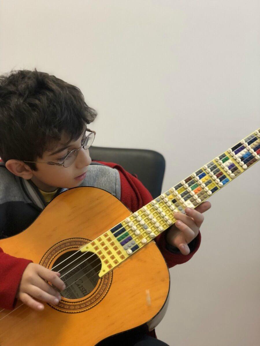 Guitarra con piezas lego
